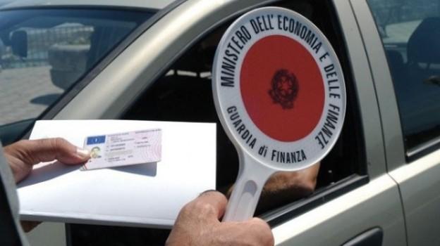 Guidare senza patente non reato