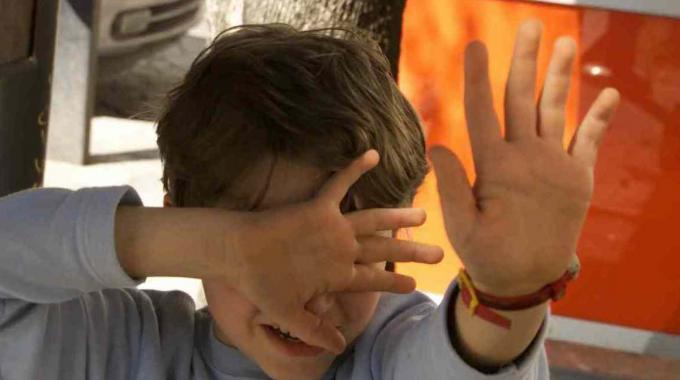 Migrante stupra bambino