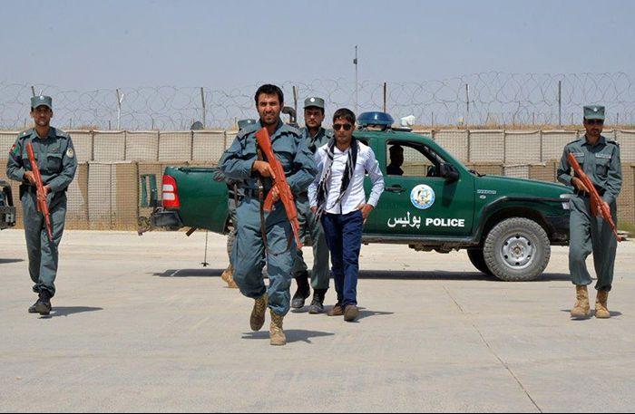 La polizia afgana tortura un aspirante suicida