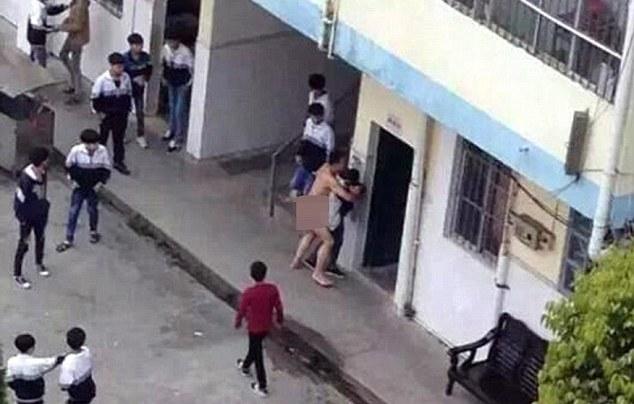 Insegnante cerca di stuprare una ragazza