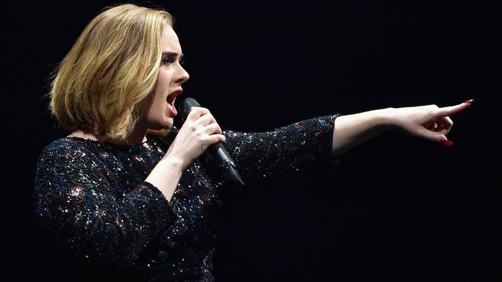 Adele insulta terroristi di Bruxelles durante il concerto live