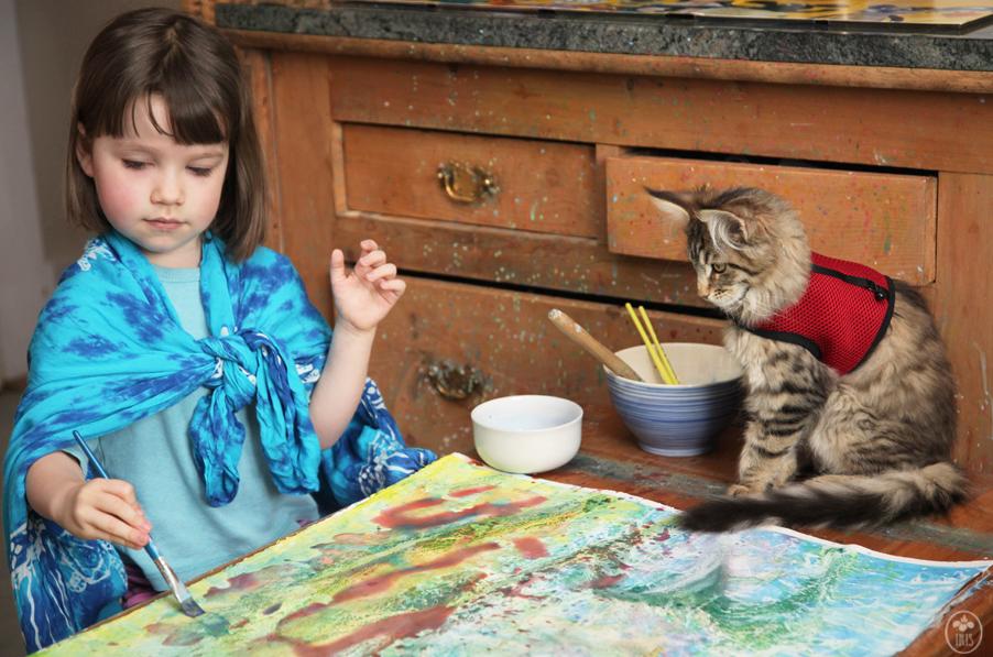 Bambina autistica dipinge con gattina