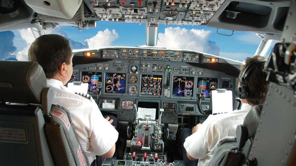 """Sms di un pilota alla moglie: """"Se mi lasci, faccio cadere l'aereo"""""""