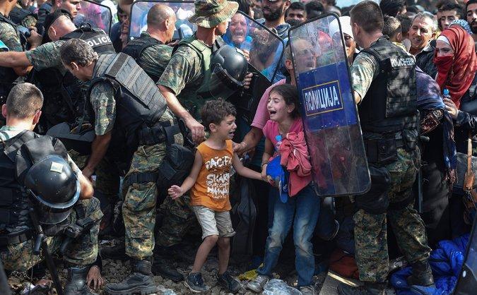 Migranti forzano frontiera greco-macedone