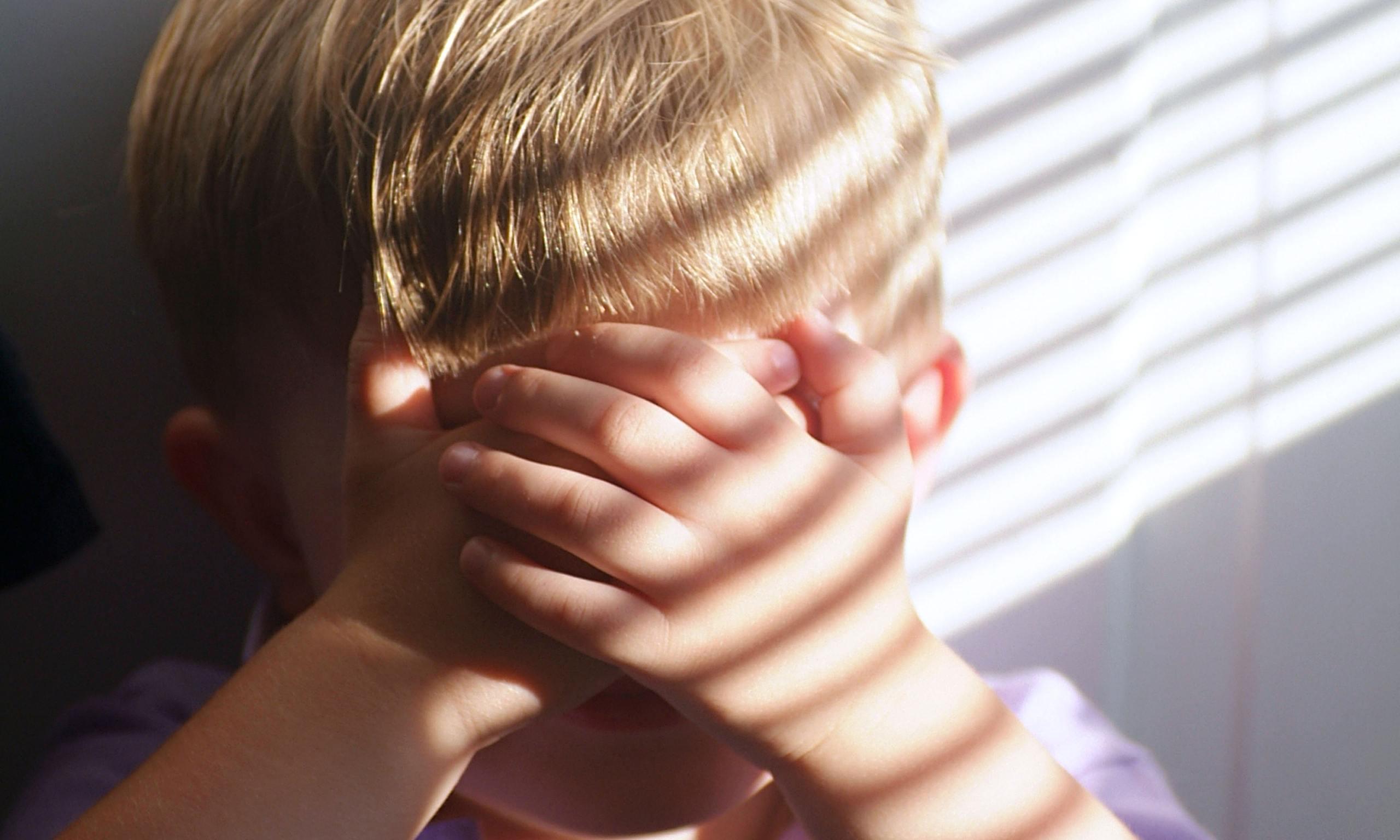 Bambino autistico violentato a scuola dall'insegnante di sostegno