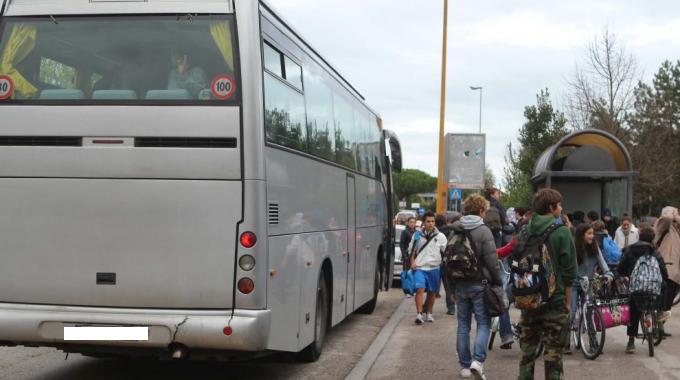 Insegnanti fanno scendere studenti dal bus: poco dopo si schianta