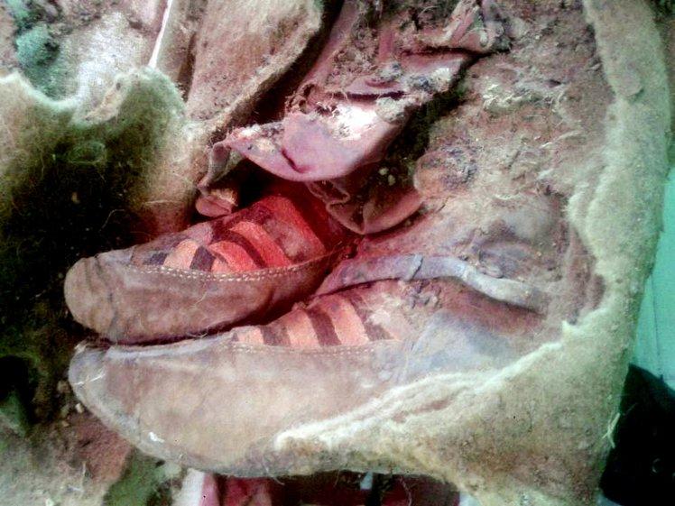 Mummia con scarpe Adidas