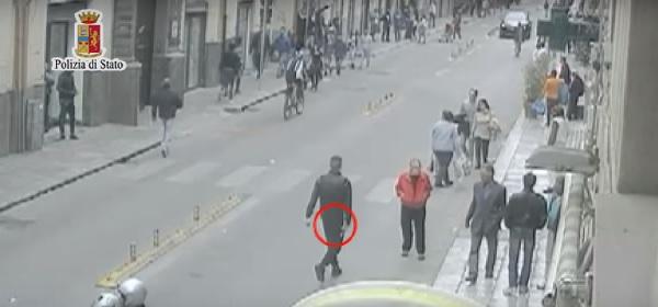L'aggressore attraversa via Maqueda impugnando la pistola.