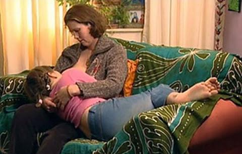 Madre allatta la figlia di 7 anni