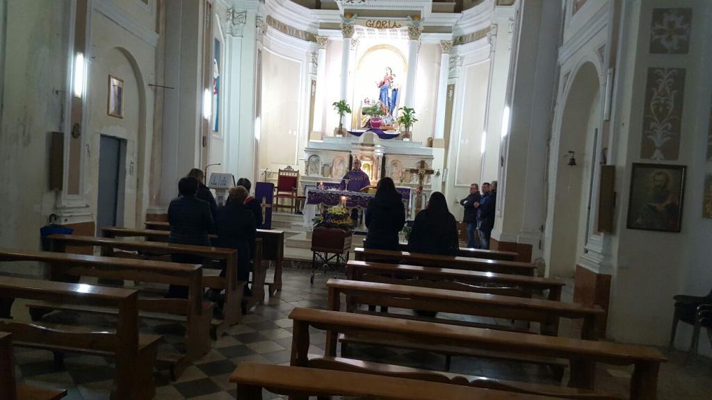 Nessuno va al suo funerale: parroco paga le esequie