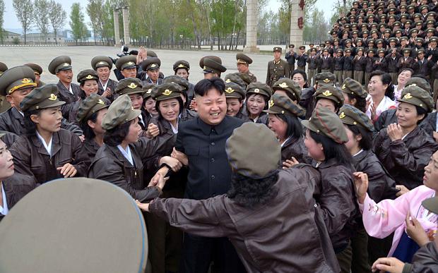 Kim Jong-un con le squadre del piacere