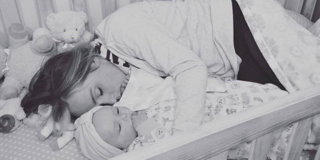 Dorme con la figlia nella culla