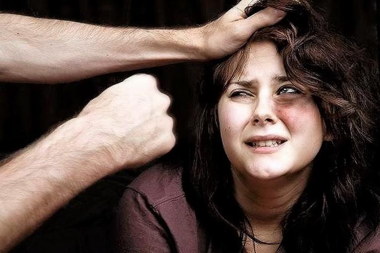 Picchia la moglie e il figlio: arrestato