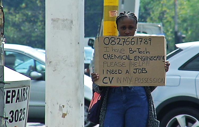 Cerca lavoro al semaforo, un'azienda la contatta