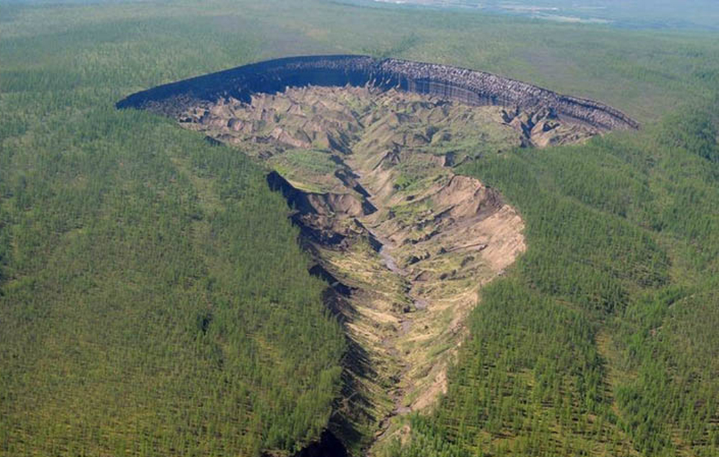 """""""Bocca dell'Inferno"""", ecco il gigantesco cratere in Siberia"""