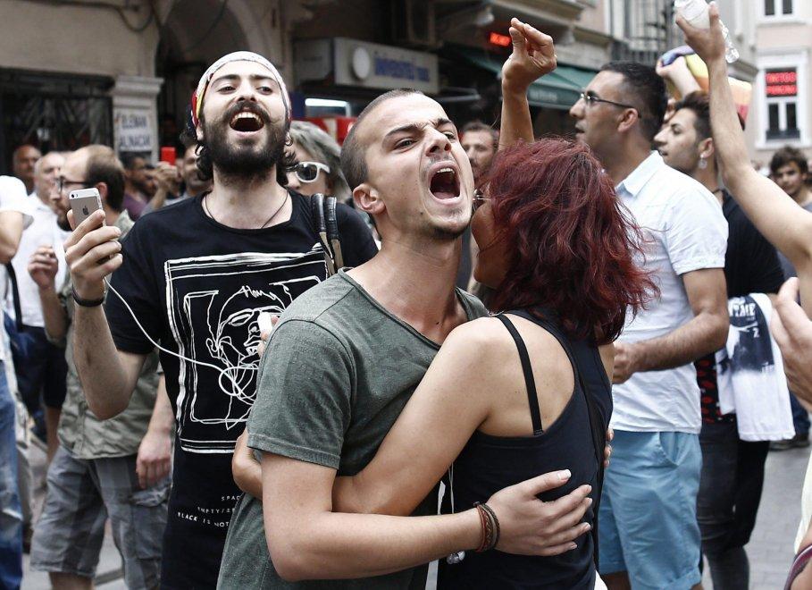 Polizia interrompe Gay Pride con i lacrimogeni