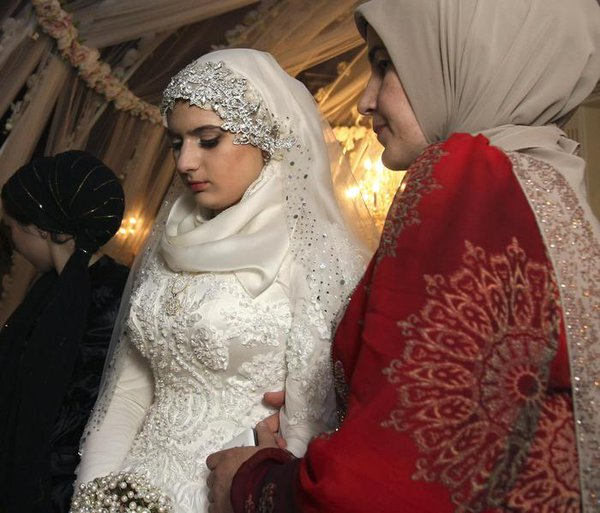 Sposa 18enne aggredisce familiari durante matrimonio imposto