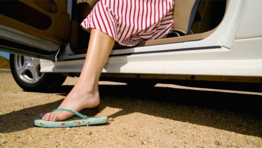 Stop al divieto di indossare infradito e sandali alla guida