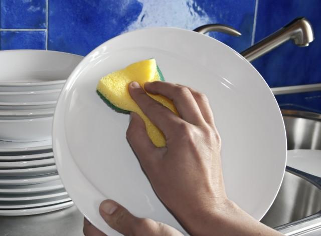 Lavare i piatti a mano