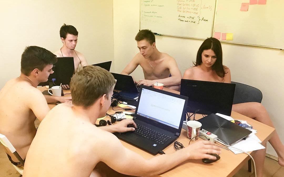 Impiegati nudi in ufficio, ecco chi l'ha suggerito