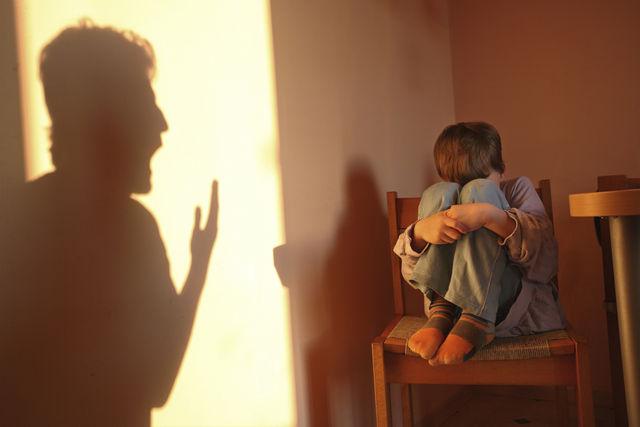 Madre maltratta il figlio di 5 anni