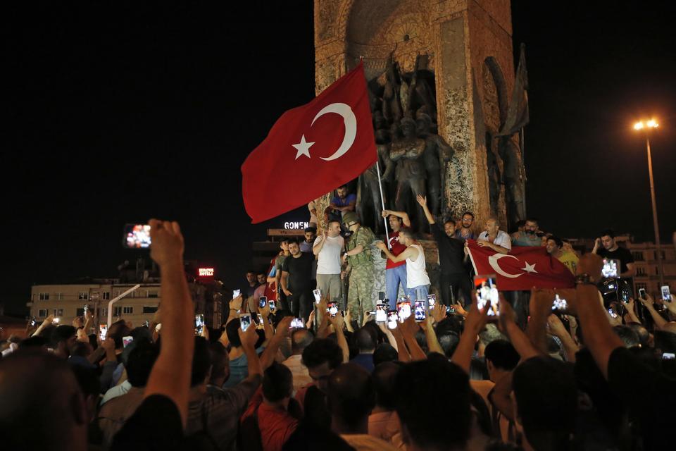 Turchia, Erdogan promette una dura punizione per i ribelli