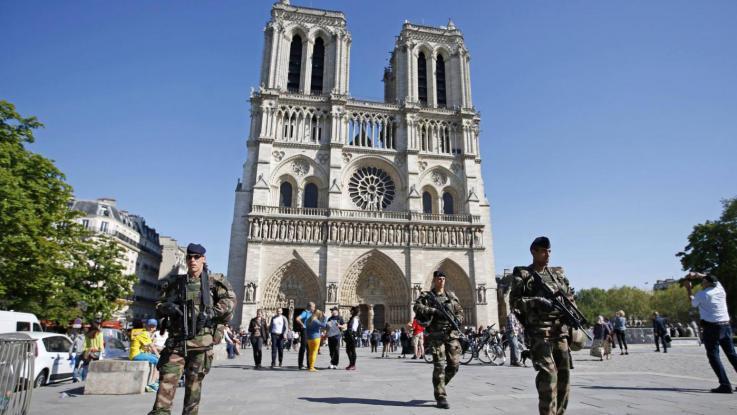 Auto con bombole di gas trovata a Notre Dame