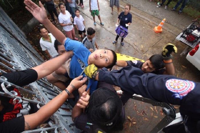 Bimbo di 11 anni resta impalato ad un cancello che voleva scavalcare