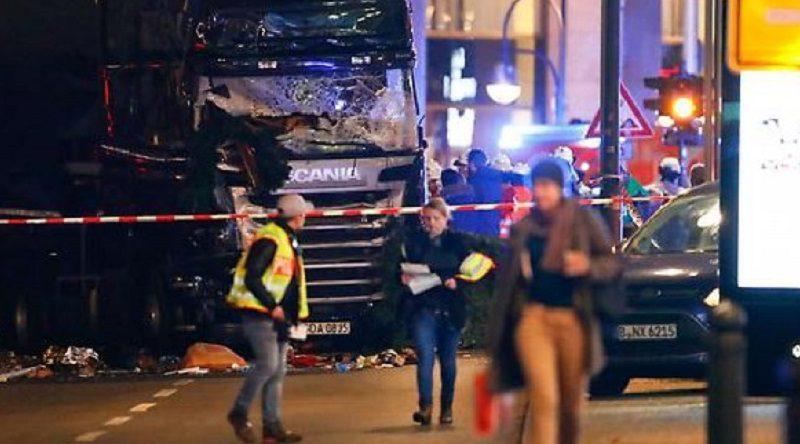 Berlino, camion investe folla ai mercatini di Natale