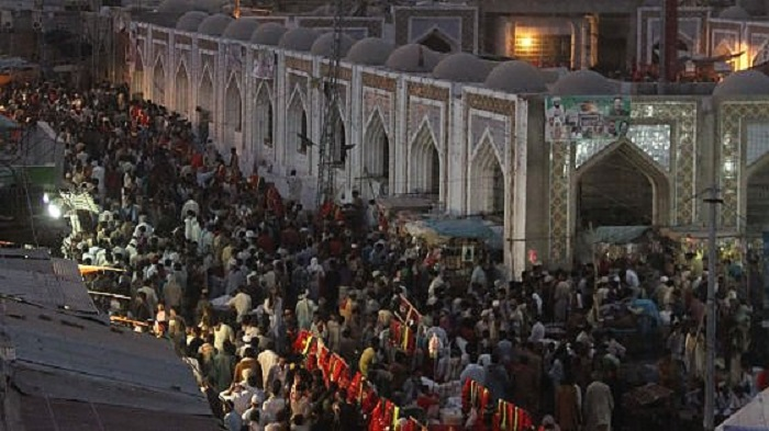 Attentato kamikaze al tempio sufi: almeno 100 vittime
