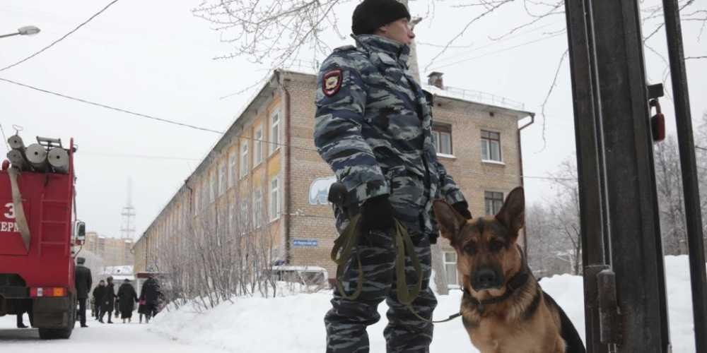 Polizia davanti alla scuola di Perm, lite