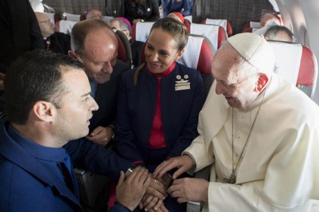 Il Papa insieme agli assistenti di volo