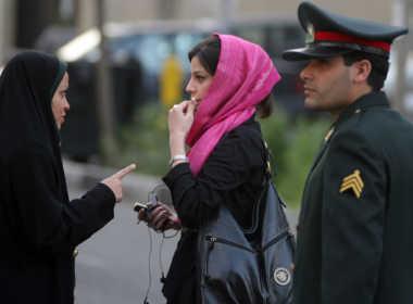 Donne arrestate dopo il rifiuto di indossare l'hijab