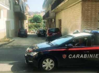 Catania, uomo investe i vicini