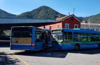 Gazzaniga, scontro tra bus