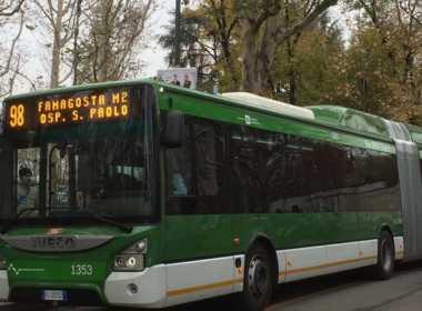 Milano, marocchino blocca bus