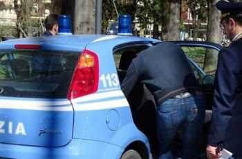 Pescara, minaccia l'ex fidanzata e aggredisce i poliziotti