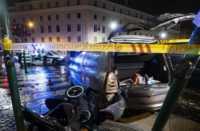 Roma, uomo investe 5 turisti