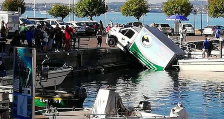 Sirmione, furgone finisce nel lago