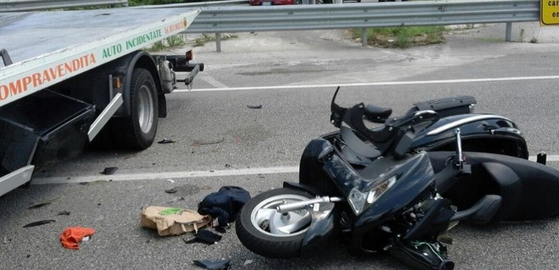 Milano, schianto scooter-camion