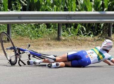 Roma, ciclista cade a causa di una buca