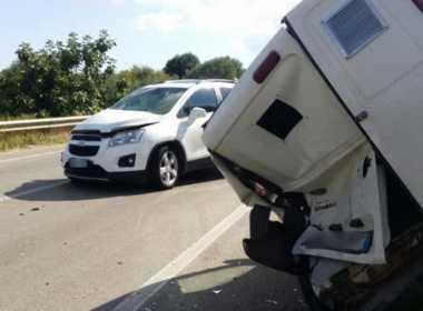 Via Bisceglie, scontro auto-furgone