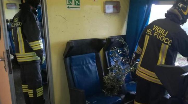 Crotone, tromba d'aria investe treno