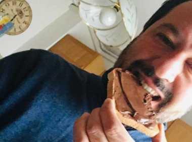 Salvini: polemiche per la foto con pane e Nutella.