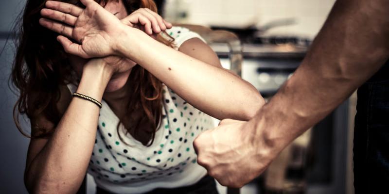 Mentana, 48enne picchia e rapina la moglie