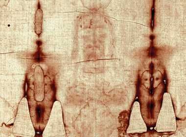 Nella Sacra Sindone un uomo crocifisso.
