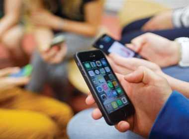 Scuola: verso il divieto assoluto di smartphone.