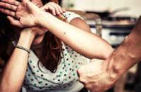 Brescia, picchia moglie e figlia per anni