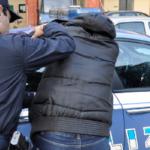 Napoli, minaccia e aggredisce il padre