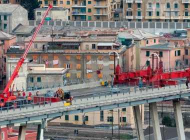 Genova, è iniziata la demolizione del Ponte Morandi.
